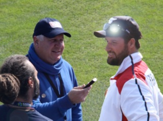 MLBblogger Roberto Angotti interviews Team France manager Eric Gagne at the 2014 European Baseball Championship (Photo courtesy of Donato Resta/www.IandI-GoProm.com).