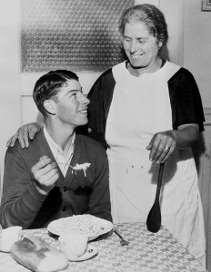 Joe DiMaggio and his mother Rosalie in 1939